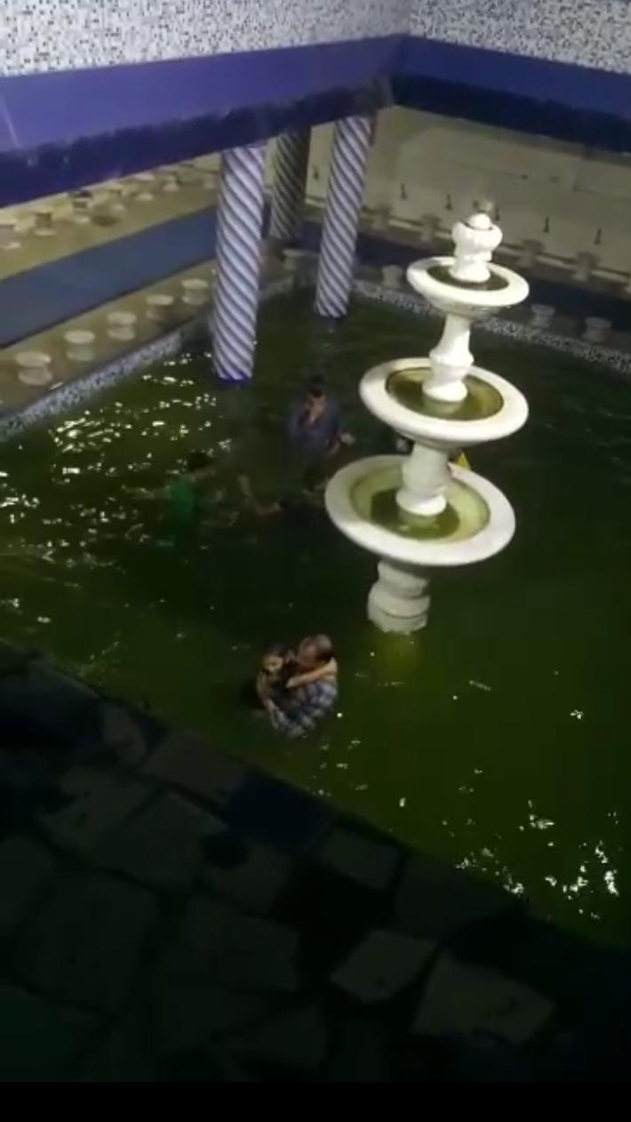 छोटा सोनापुर बिलाल मस्जिद के हौज़ में भक्त-ए-बंगाली कर रहे मौज ,वीडियो हुआ वायरल