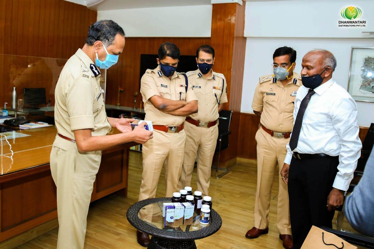 कोरोना: शरीर में प्रतिरोधक क्षमता बढ़ाने का दावा, पुणे पुलिस को मुफ्त में बांटी गई दवा