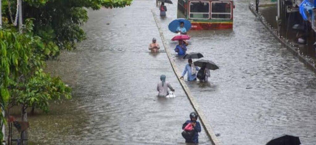 बारिश में नही थम रहे हादसे-मुंबई के शिवाजीनगर में ईमारत गिरने से 4 की मौत 10 से ज्यादा हुए घायल